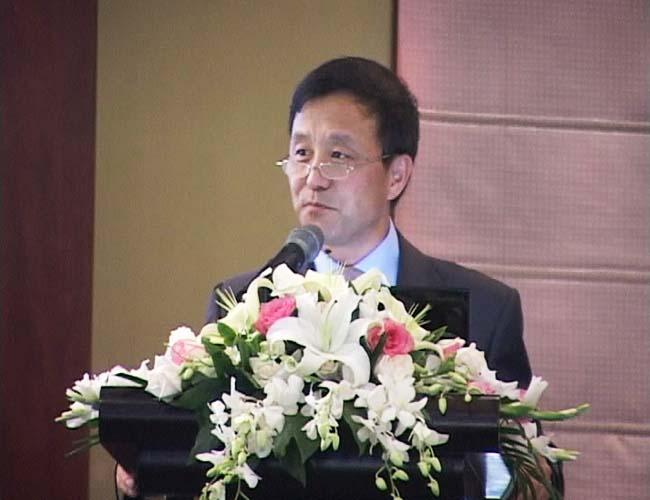 Wei Luan hält eine Rede
